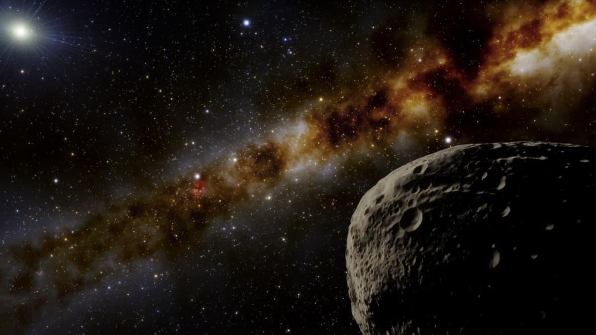 Kuoppainen kivimurikka pimeässä avaruudessa, taustalla muita avaruuden kohteita ja kaukana loistava Aurinko.