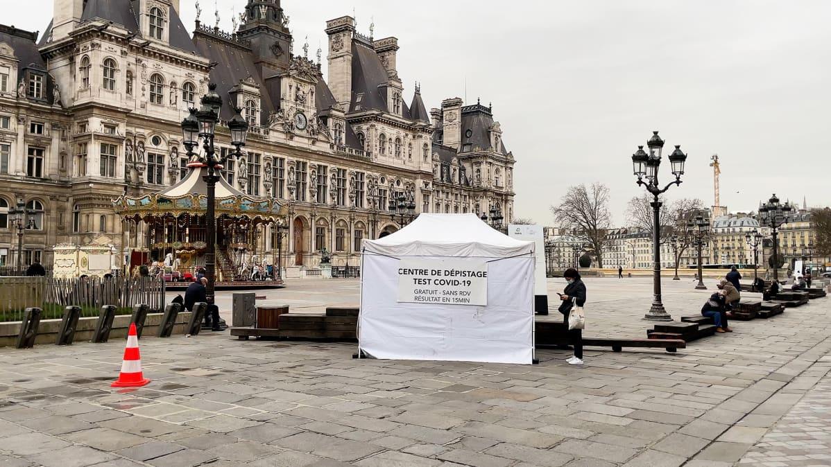 Testiteltta Pariisin kaupungintalon luona.