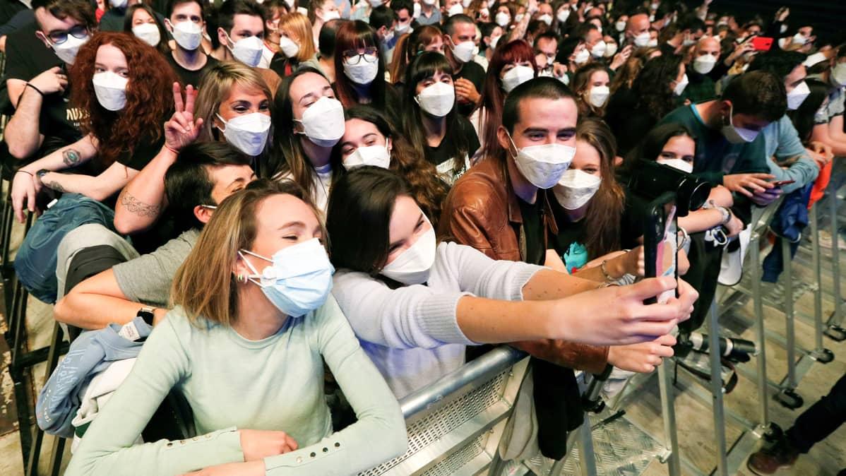 Innostuneet fanit iloitsivat Palau Sant Jordi –areenan juhlahumussa lauantai-iltana.