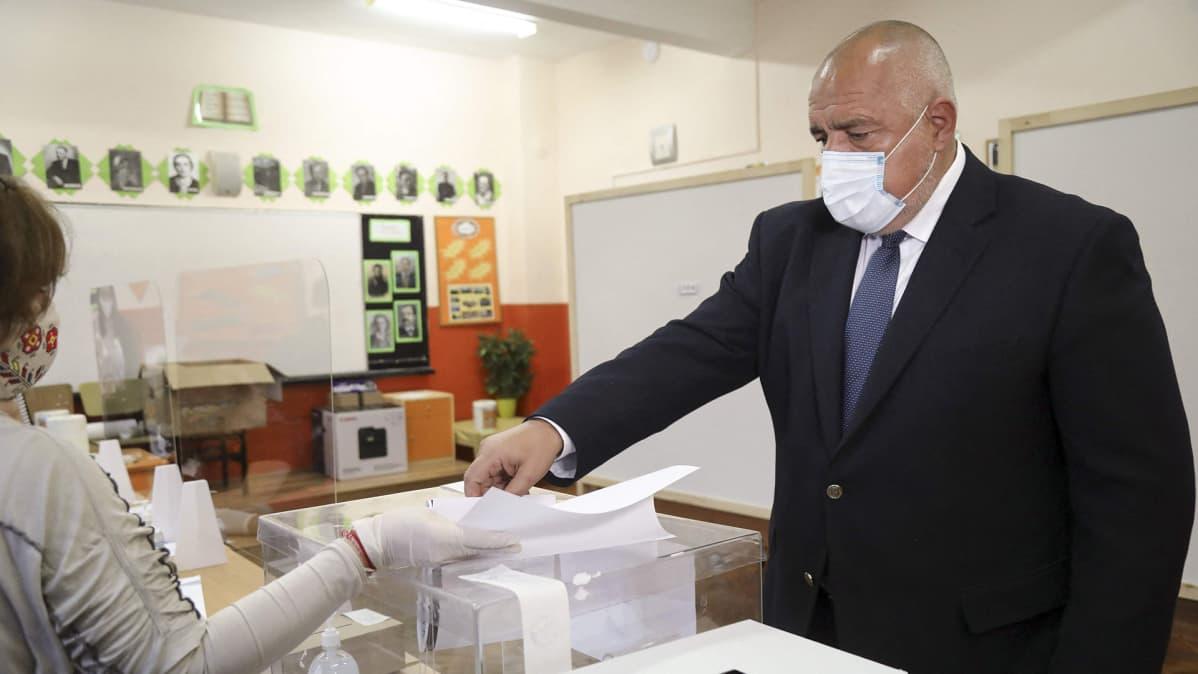 Bulgarian pääministeri Boiko Borisov äänestämässä parlamenttivaaleissa Sofiassa.