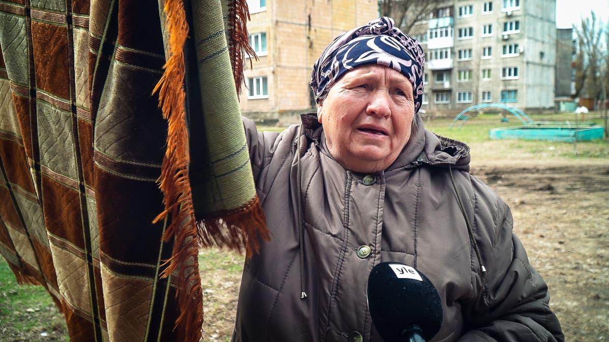 Lubov pelkää lastensa ja lastenlastensa puolesta. Viisi päivää aiemmin ikkunat ja seinät tärisivät tulituksesta. Taistelut ovat kiihtymässä Itä-Ukrainassa.