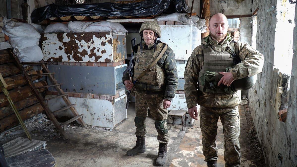 Oleksandr (vas) on taistellut rintamalla seitsemän vuotta sodan alusta alkaen. Yksikön komentaja sanoo joukkojen olevan valmiudessa Venäjän hyökkäyksen varalta.