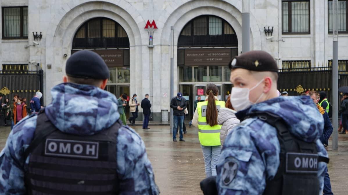 Poliisi ja toimittajia Moskovassa reilua tuntia ennen kokoon kutsuttua mielenosoitusta 21. huhtikuuta.