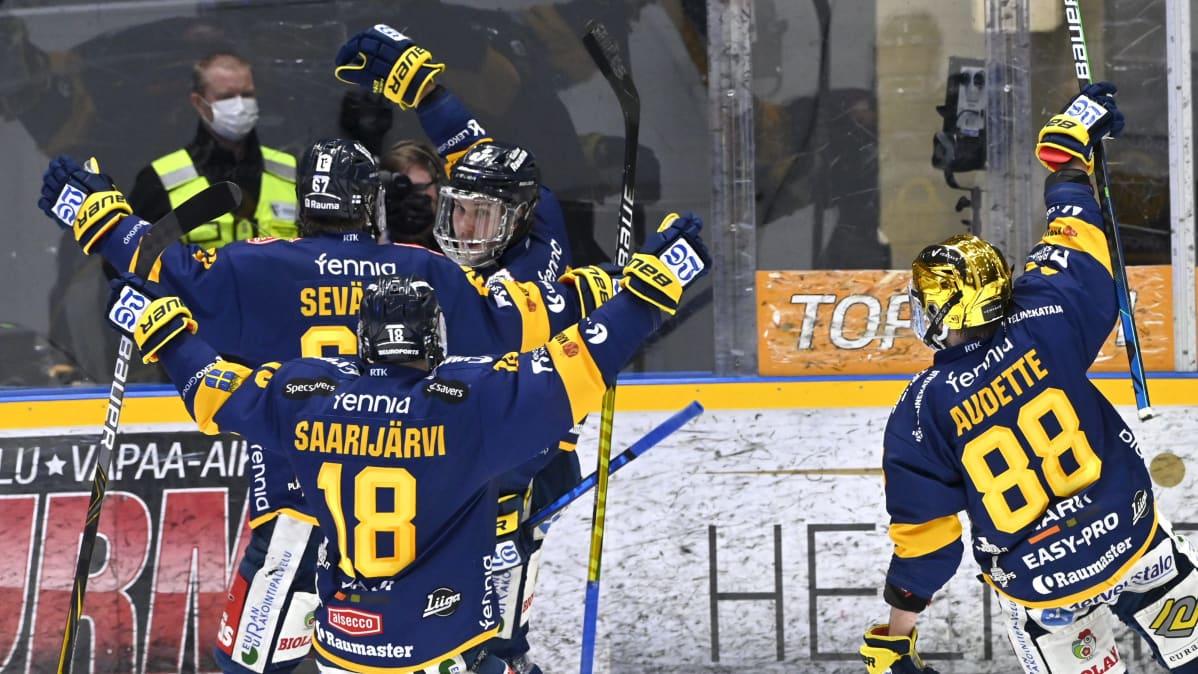 Lukko juhlii Aleksi Saarelan (tak.) 2-0 maalia