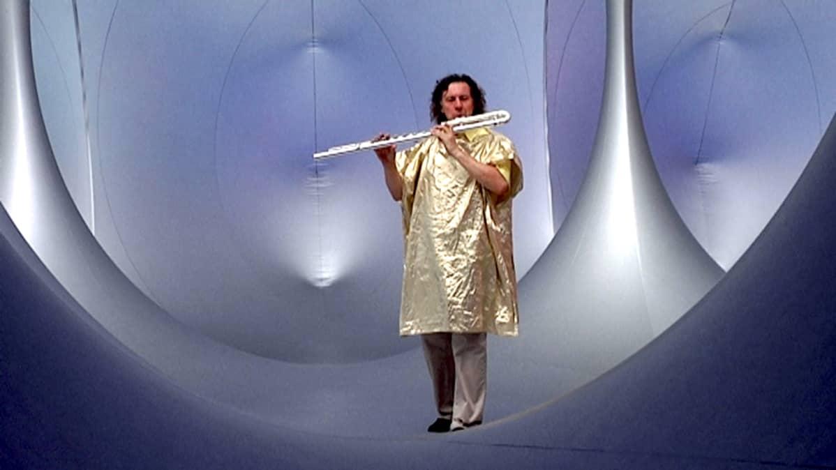Simon Desorgher soittaa huilua kennoston konserttisalissa.