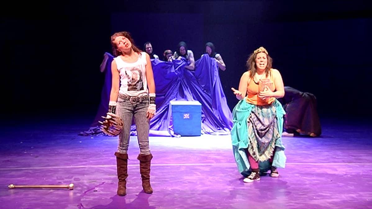 Kristiina K  näytelmässä Ilona Pukkila ja Pauliina Palo