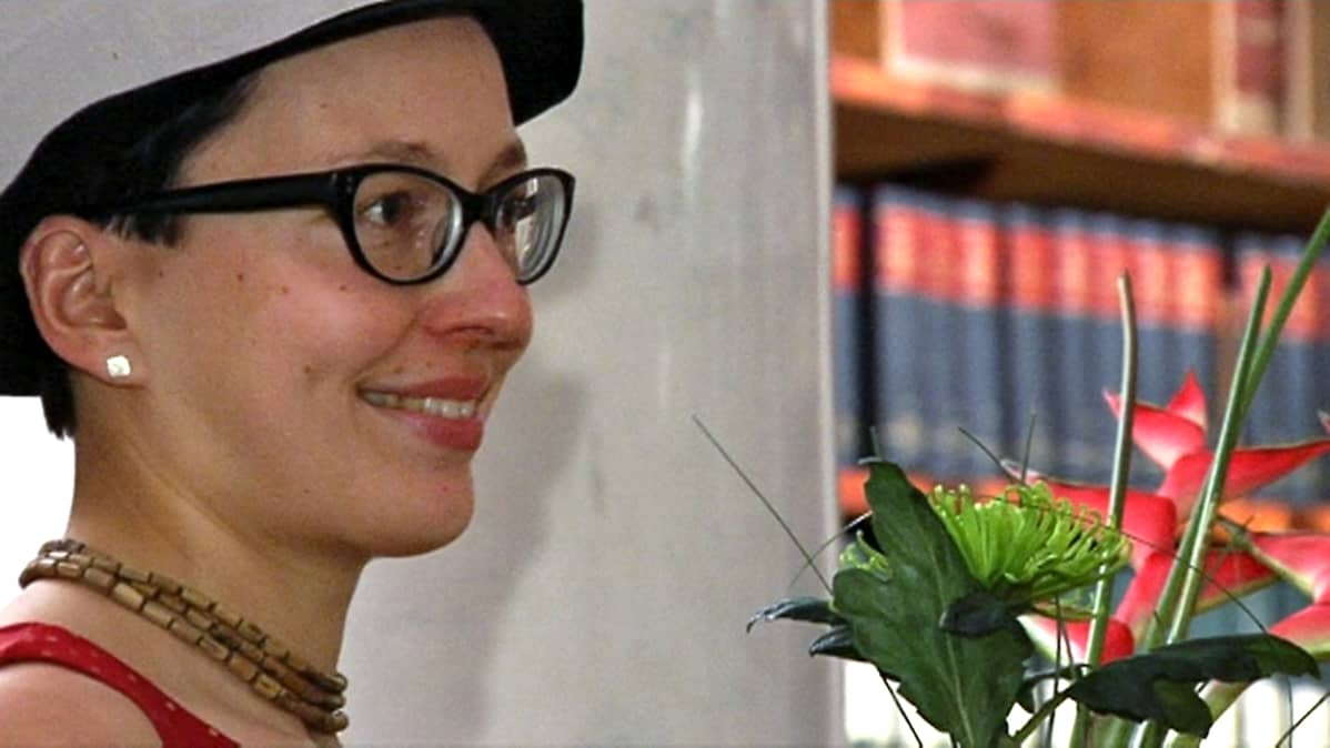 Sarjakuvataitelija Kaisa Leka poseeraa Puupäähattu päässään.