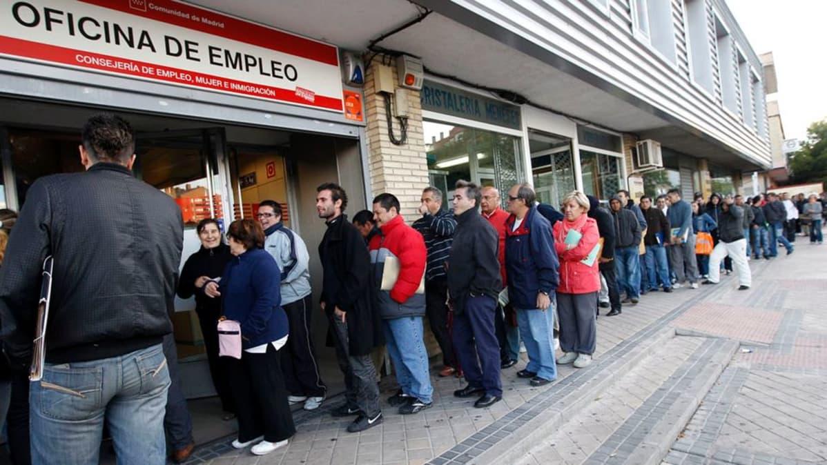 Työttömiä espanjalaisia jonossa työvoimatoimiston edessä.
