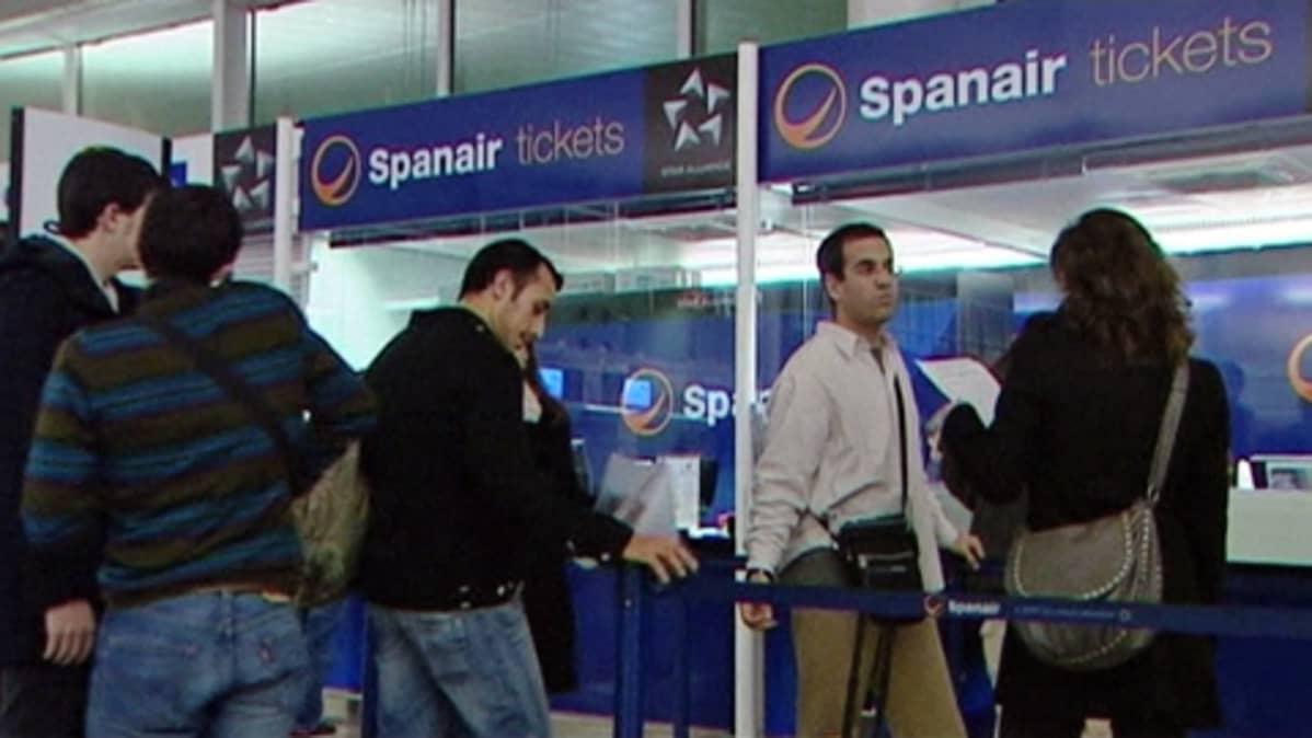 Spanairin lipunmyyntitiski lentokentällä.