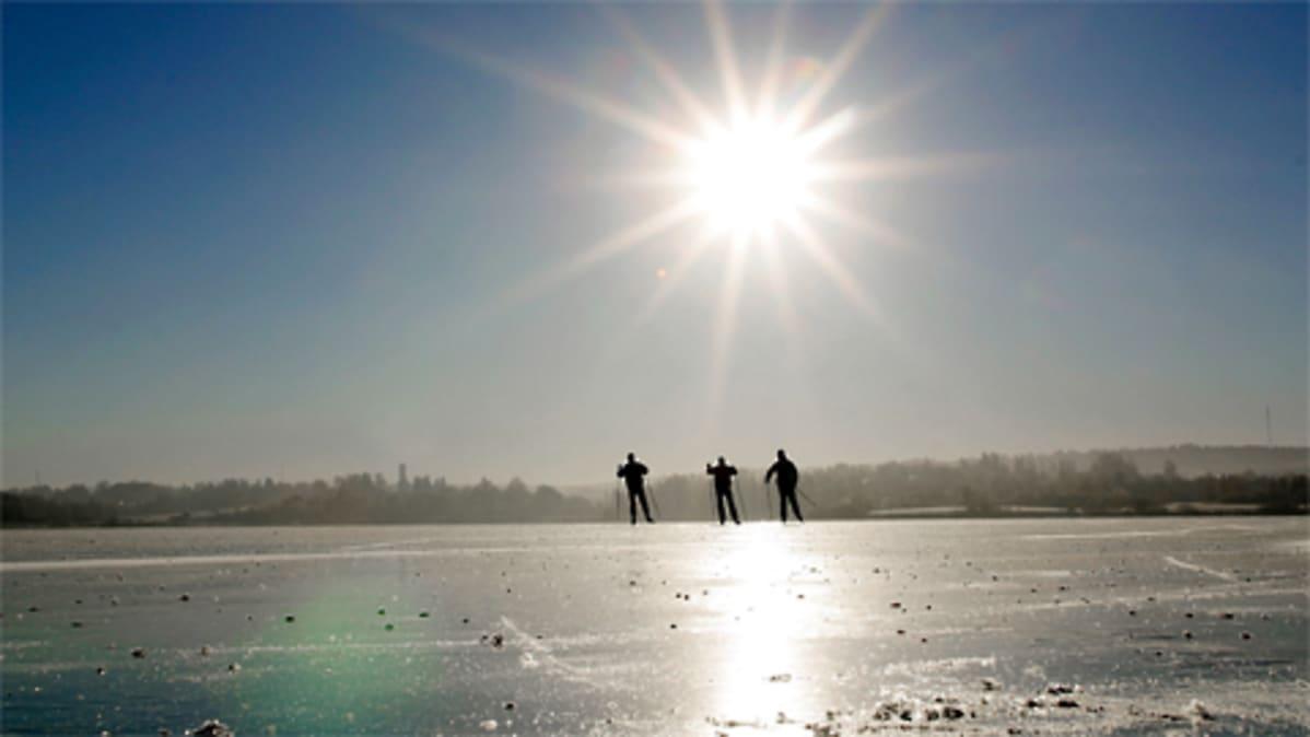Retkiluistelijoita keväisellä jäällä.