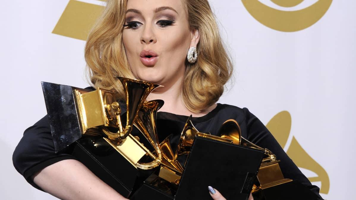 Adele lukuisine Grammyineen.