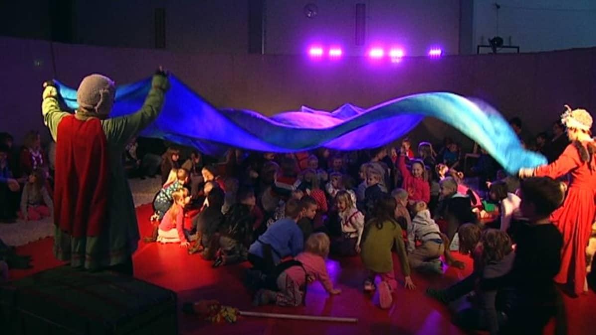 Tanssiteatteri esiintyy lapsille