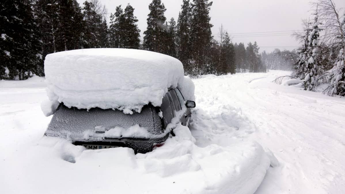 Auto jossa ruotsalaismies oli kaksi kuukautta lumeen peittyneenä.