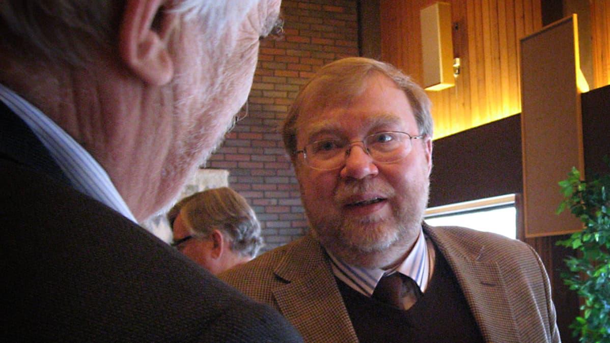Tutkija Mart Laar jakeli kiitosta suomalaisille avusta.