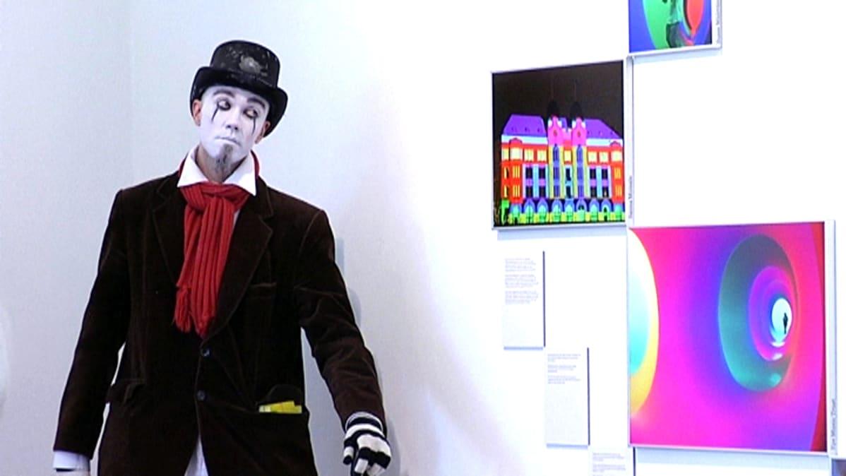 Valokuvanäyttelyä oli avaamassa sirkustaiteilijoita. Haikea oli mieli, kun juhlavuosi päättyi.