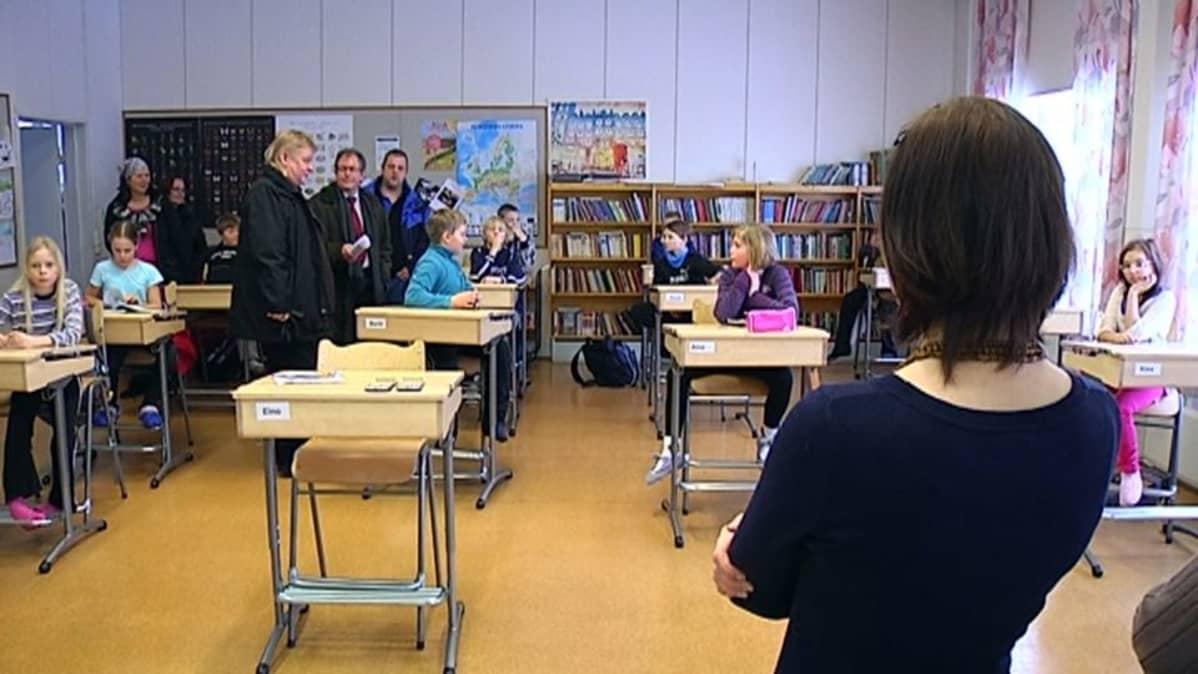 Kotkan kaupunginvaltuutetut tutustuivat Tiutisen kouluun oppilaiden vanhempien kutsusta.