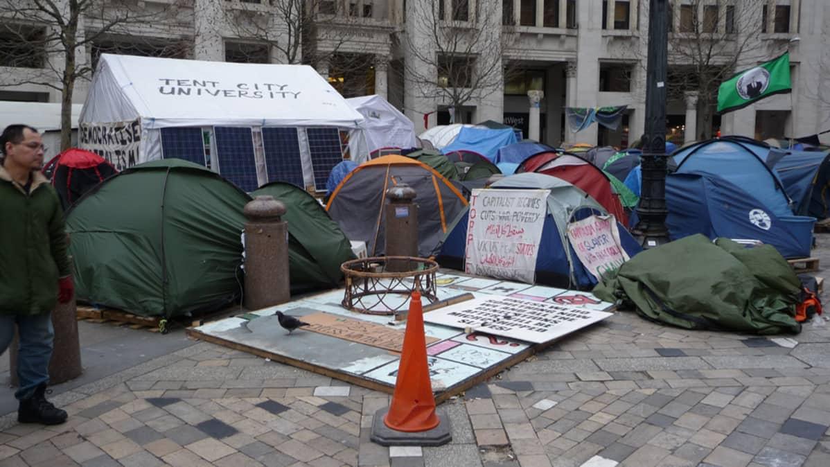 Lontoon kadulle perustettu telttakylä