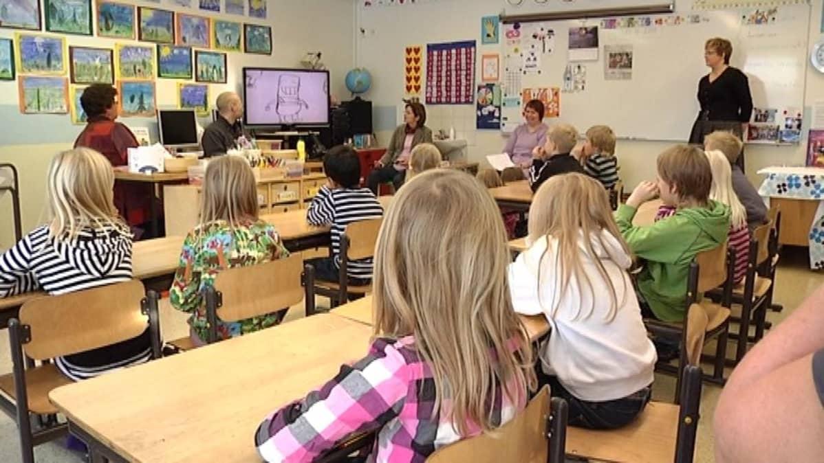Asevelikylän koululaisia syksyllä 2010 tutustumassa kirjailijan työhön.