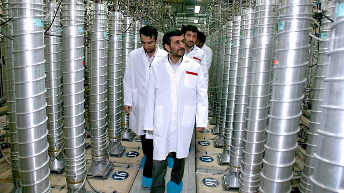 Iranin entinen presidentti Mahmoud Ahmadinejad vierailemassa Natanzin uraaninrikastuslaitoksessa maaliskuussa 2007.