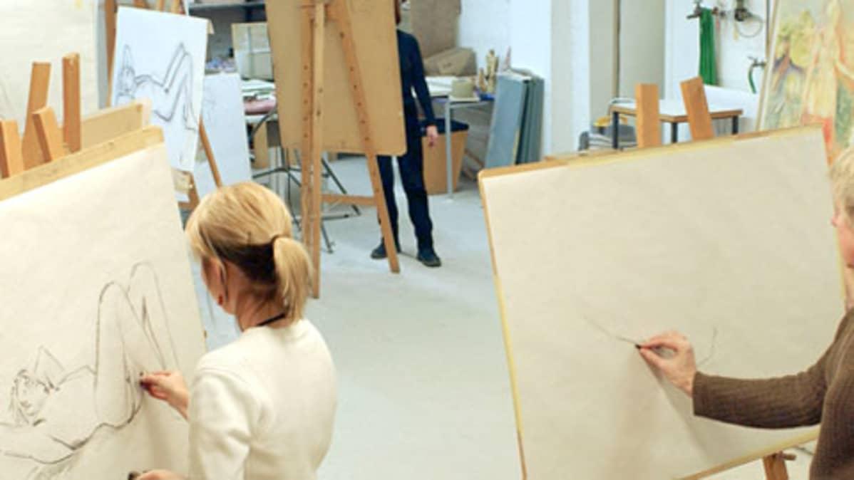 Elävän mallin piirustusta työpaikan taidekerhossa.