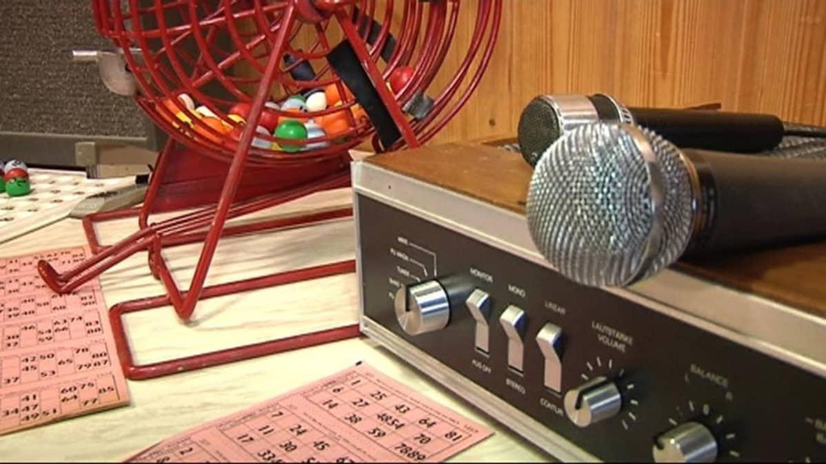 Näyttelyssä oli esillä vanha bingorumpu ja äänentoistolaitteet.