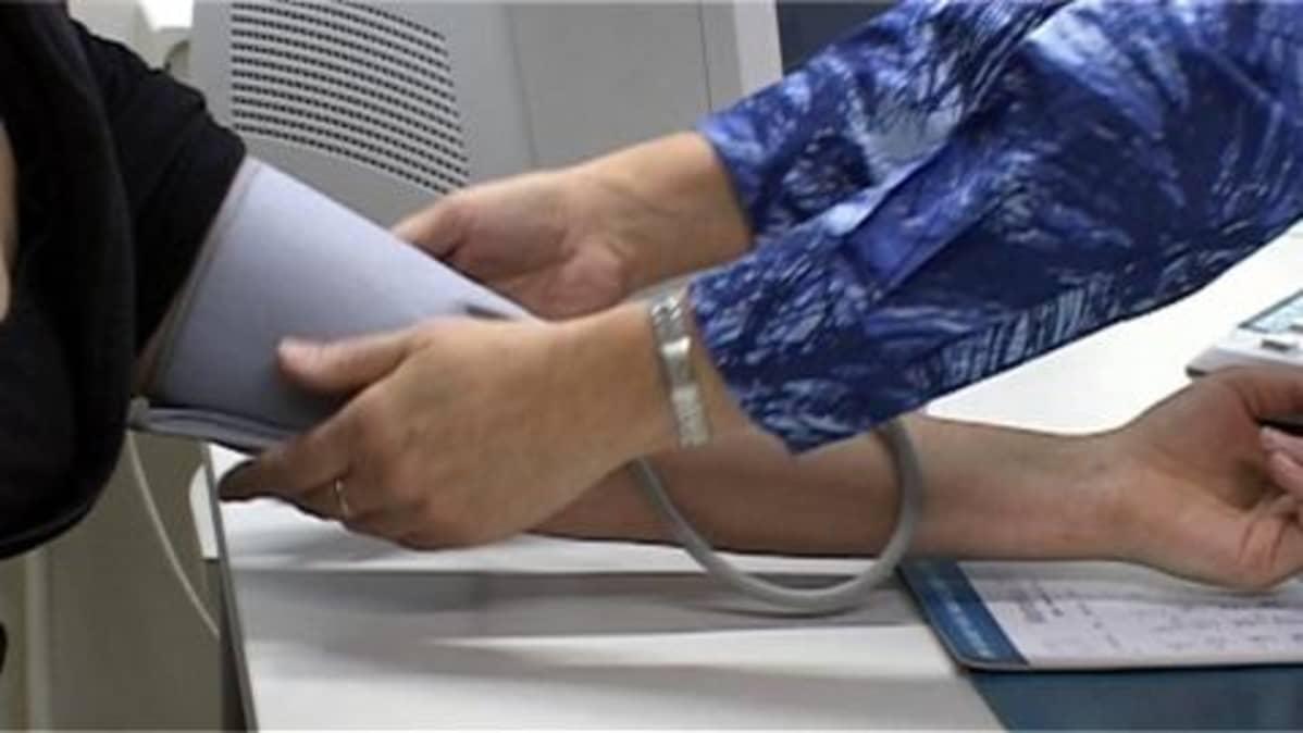 mitataan verenpainetta