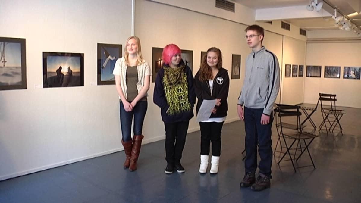Riikka Sutisen, Nea Lindvallin, Olivia Åkersin ja Leo Niemisen valokuvia on ensimmäistä kertaa esillä näyttelyssä.