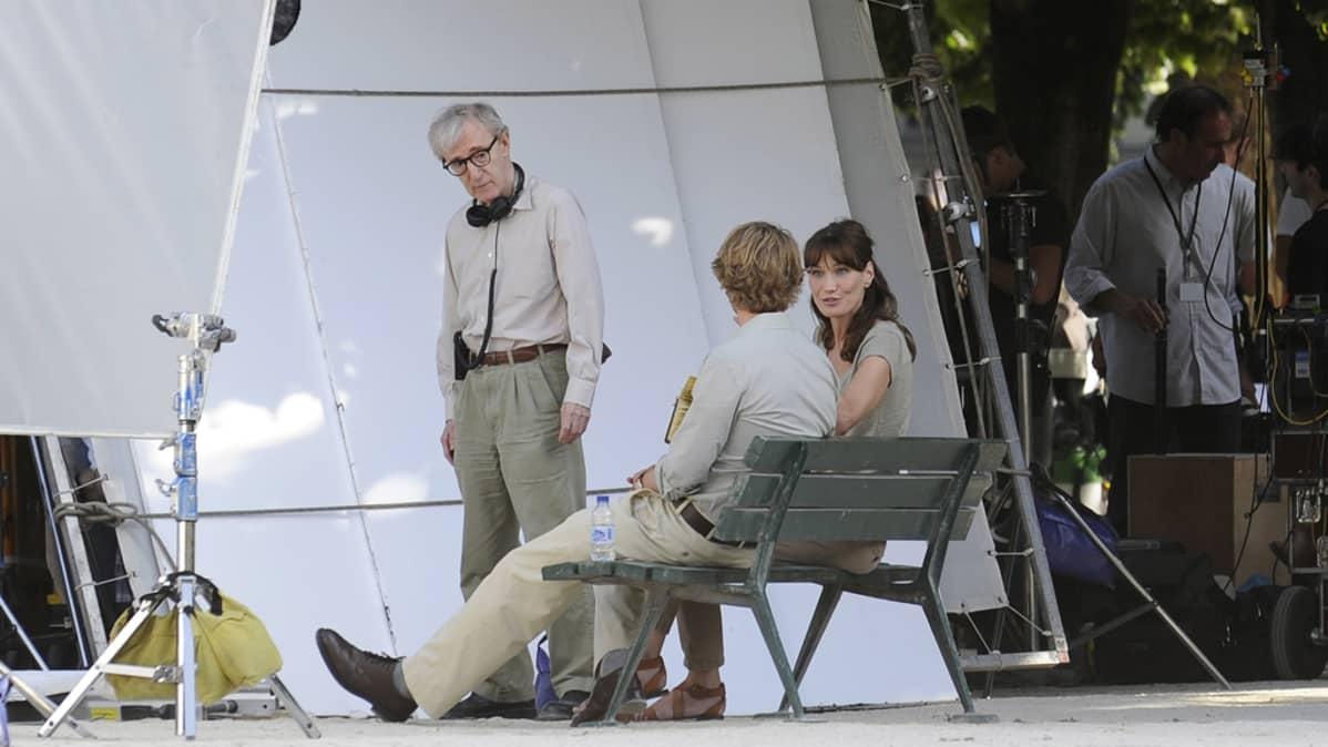 Elokuvaohjaaja Woody Allen, Ranskan presidentin puoliso Carla Bruni ja näyttelijä Owen Wilson
