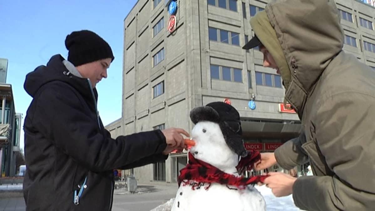 Lumiukkoa rakennetaan Vaasan torilla