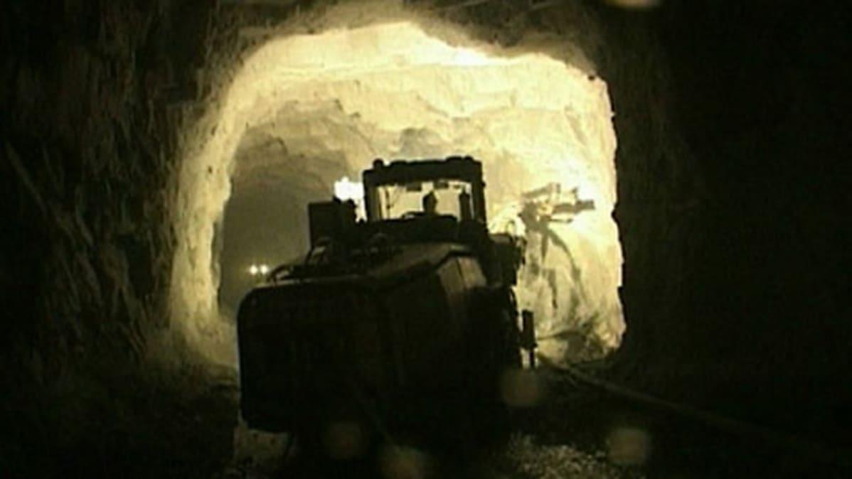Työkone Pahtavaaran kaivoksessa.