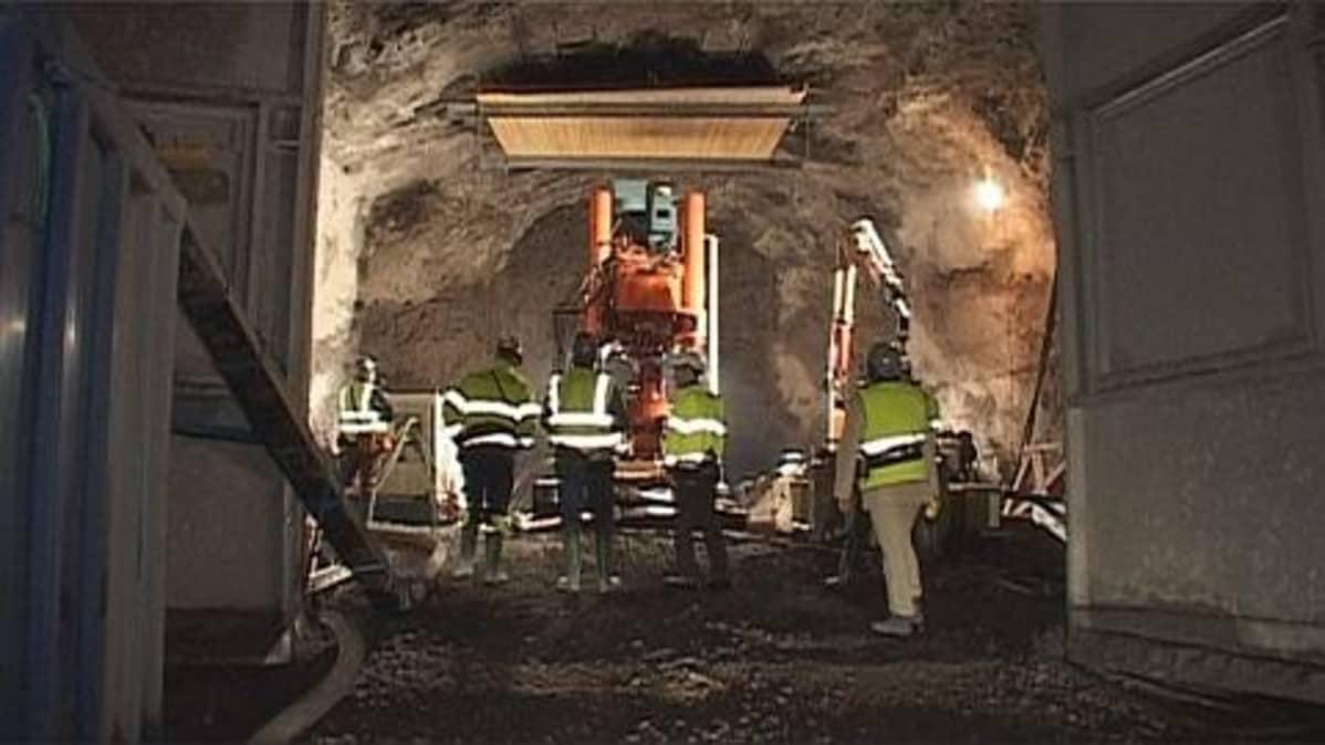 rakennusmiehiä työmaalla