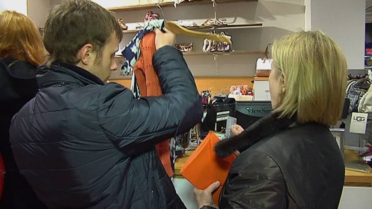 Kaksi venäläistä tax free ostoksilla.