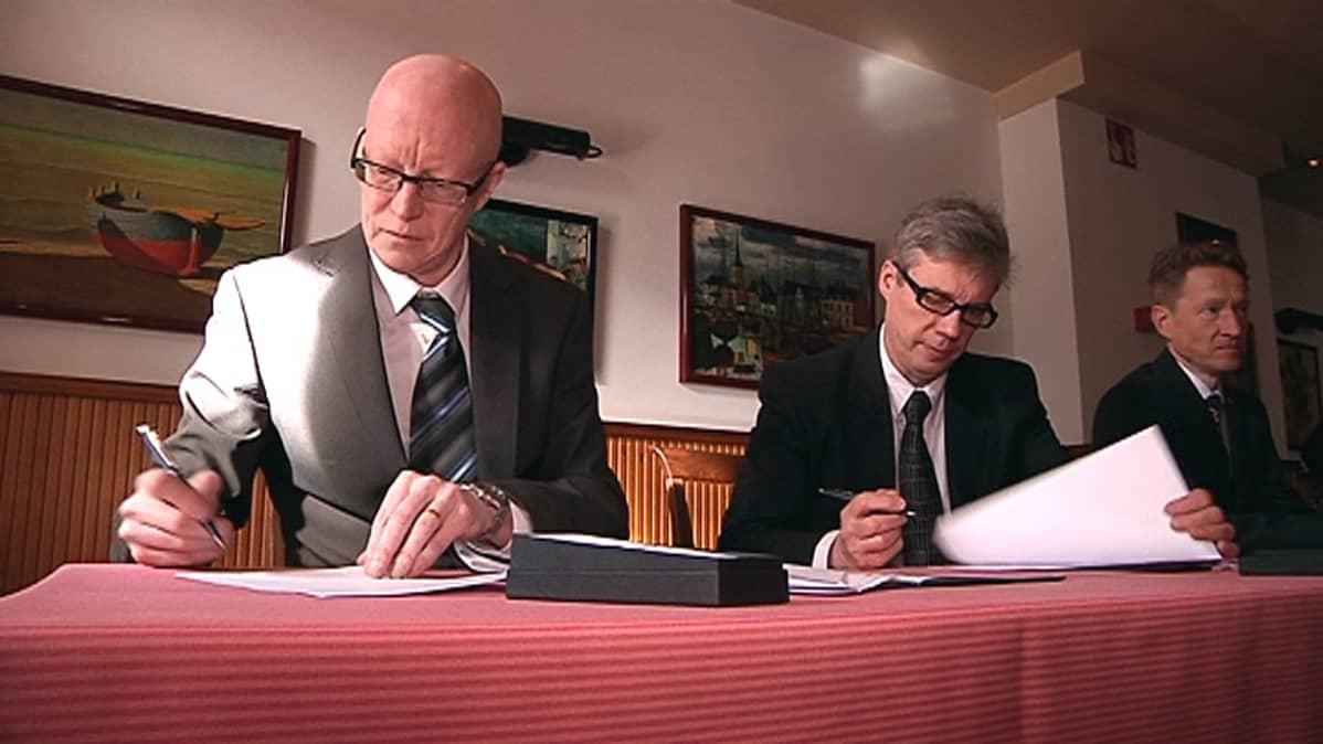 Seinäjoen kaupunginlakimies Jari Jokinen ja kaupunginjohtaja Jorma Rasinmäki allekirjoitavat asuntomessusopimusta. Oikealla asuntomessujen toimitusjohtaja Pasi Heiskanen.