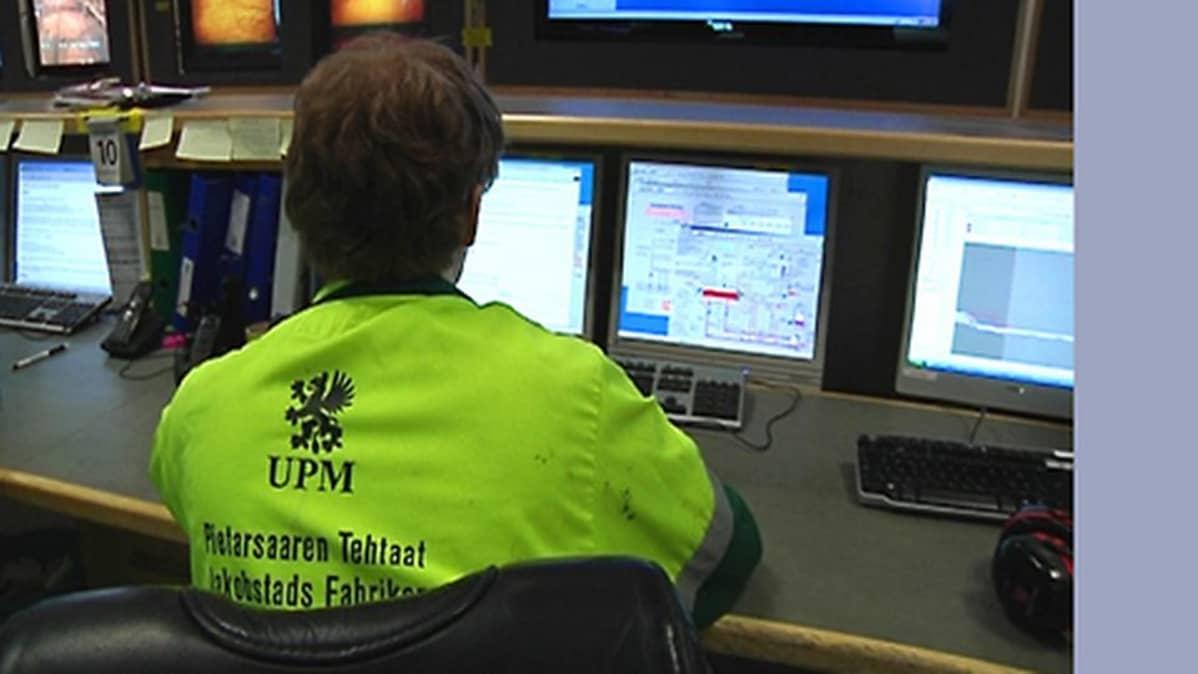 Kuvassa UPM Pietarsaaren tehtaiden työntekijä.