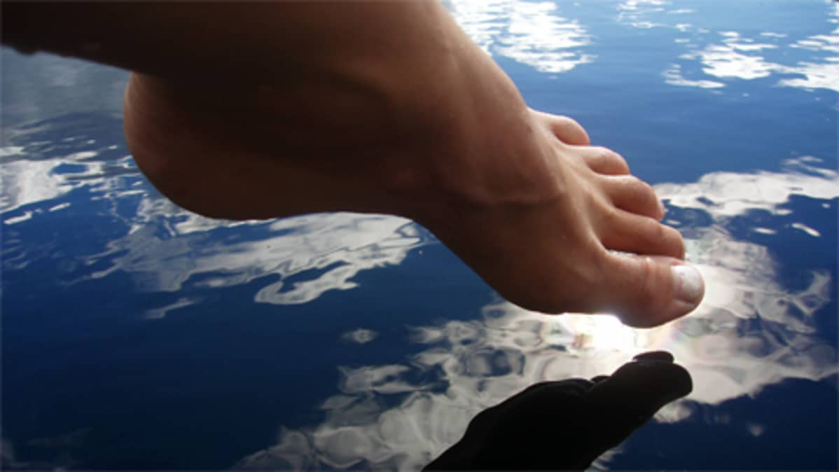 Jalkaterä veden pinnalla