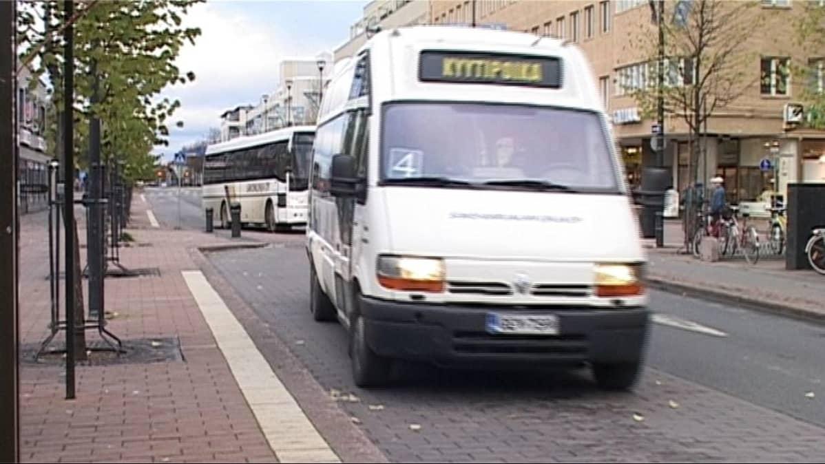 Kyytipoika-bussi saapuu linja-autopysäkille.