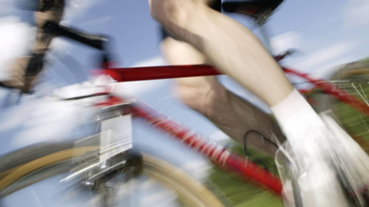 polkupyörä vauhdissa, miehen jalat.