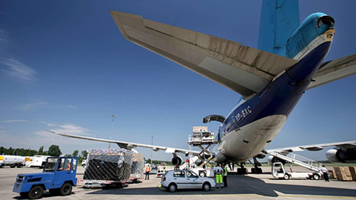 Boeing 747 -lentokonetta puretaan lentokentällä.
