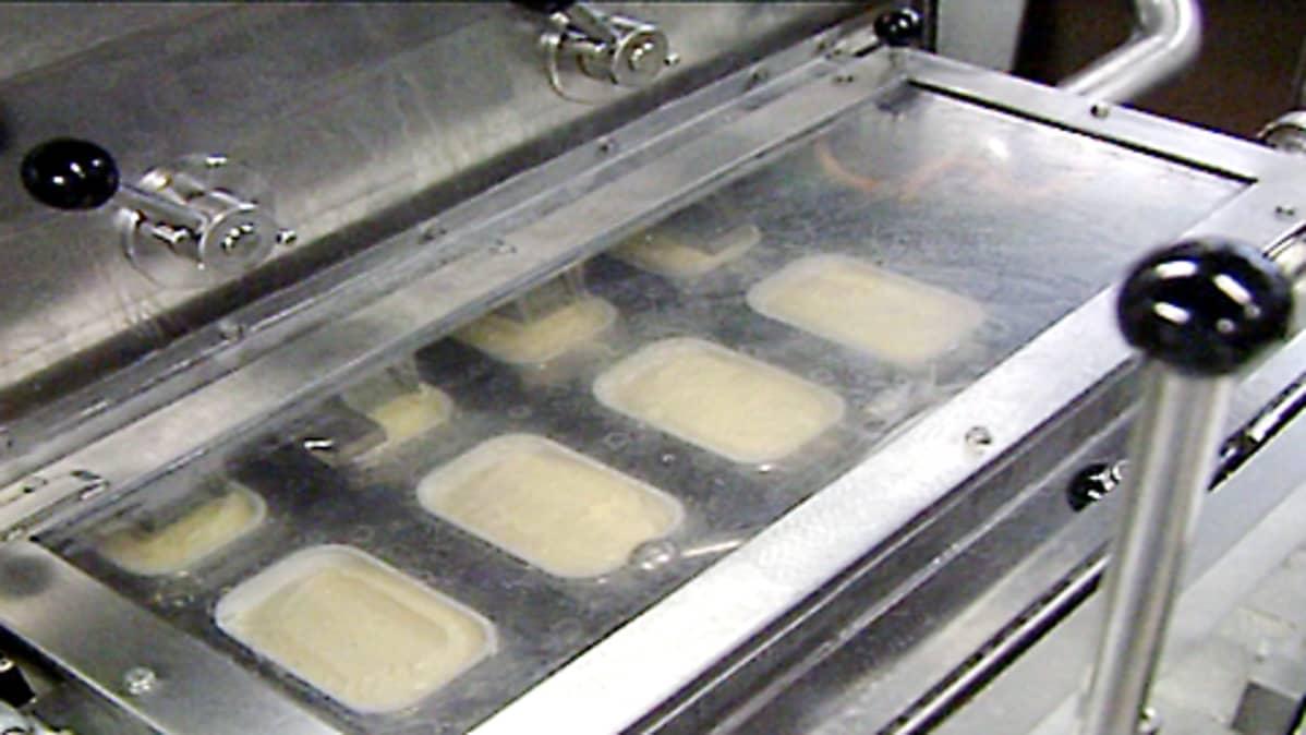Raision margariinitehtaan pakkauslinja.