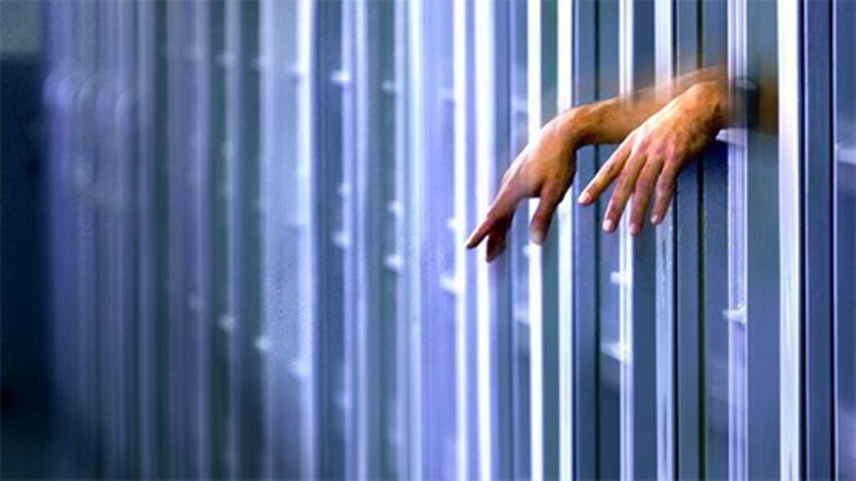 Vangit kädet kaltereiden välissä