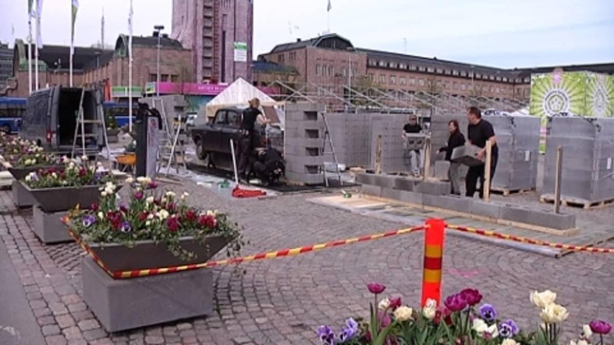 Maailma kylässä - festivaalia rakennetaan Rautatientorille.