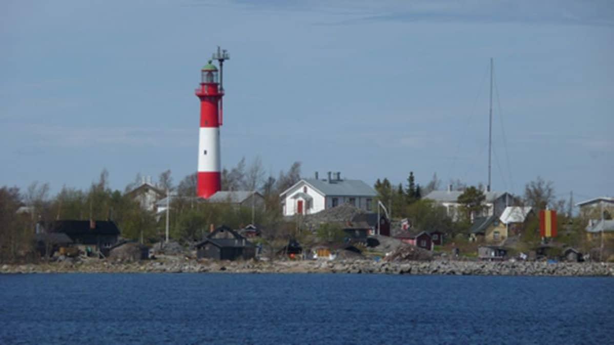 Kuvassa Tankarin majakka ja saari.