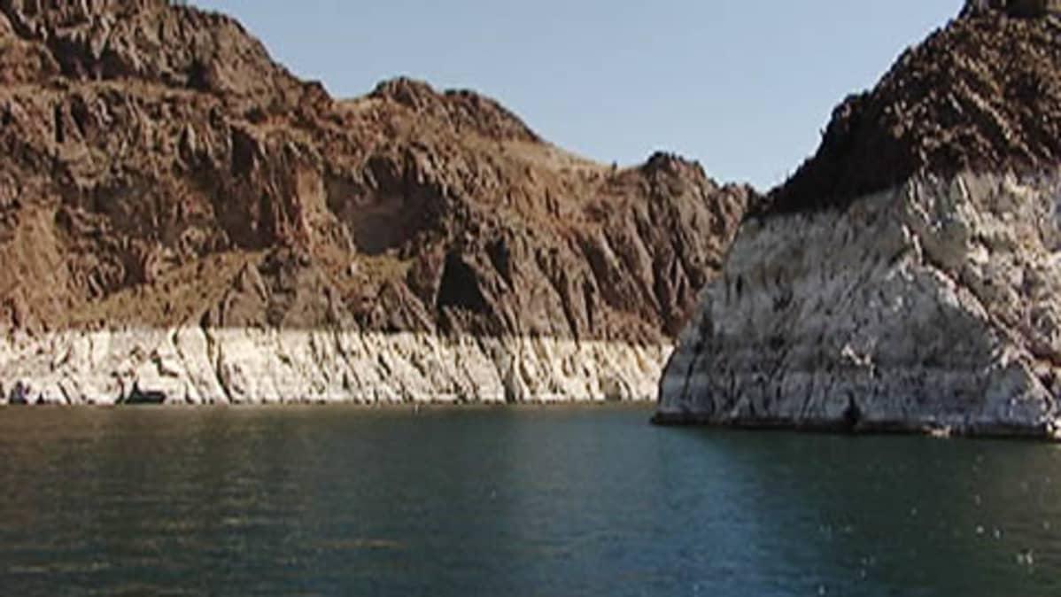Laskevan veden paljastamia rantakallioita Mead-järvellä Nevadassa.