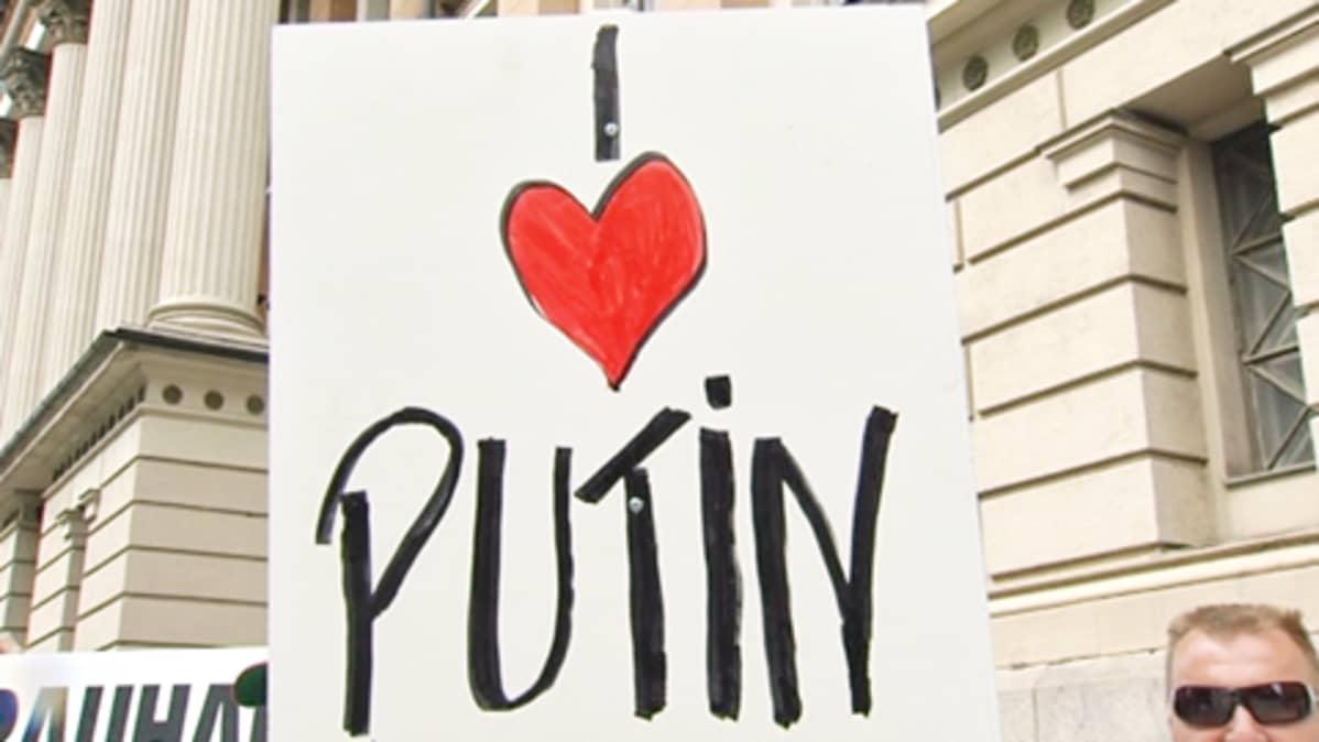 """Kyltti, jossa lukee: """"I love Putin"""""""