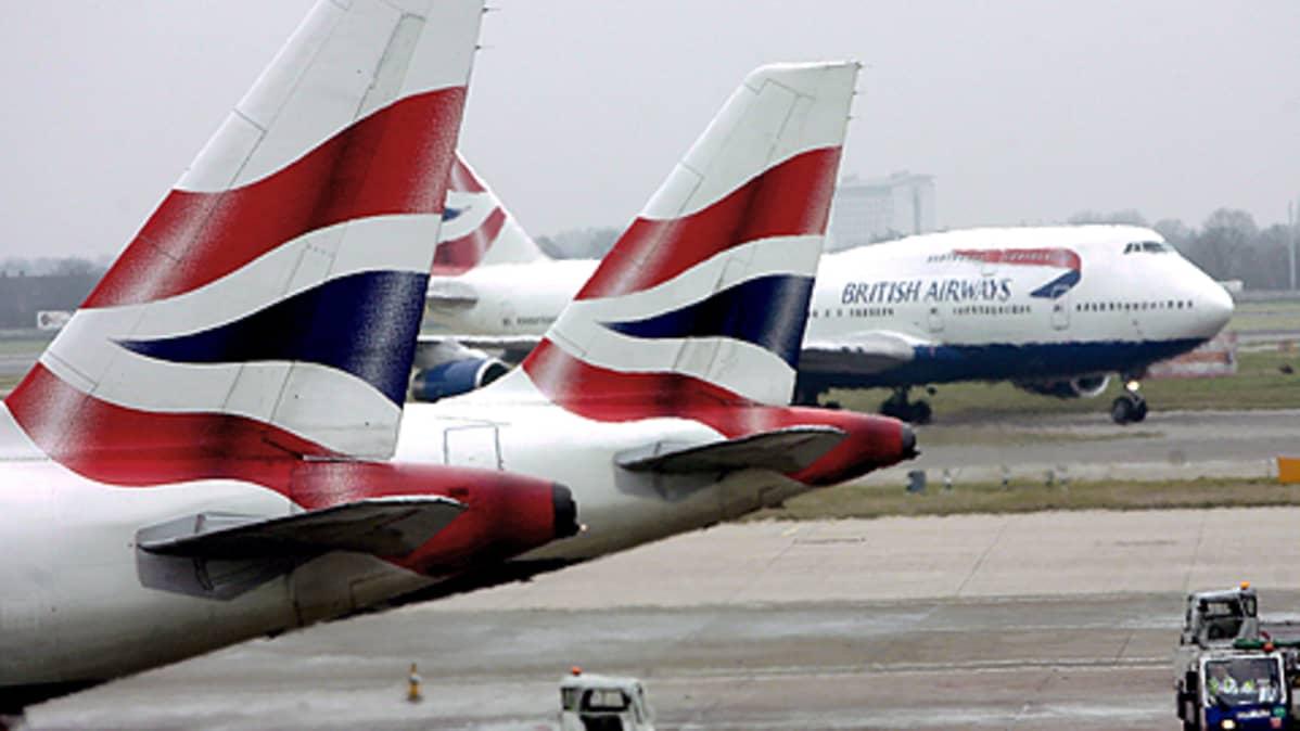 British Airwaysin lentokoneita kiitoradalla.