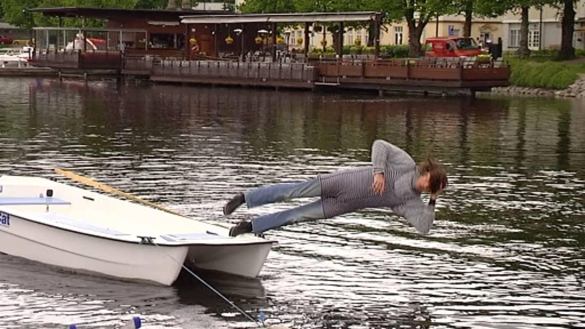 Tumpelo ei ymmärrä ettei veneessä saa seistä