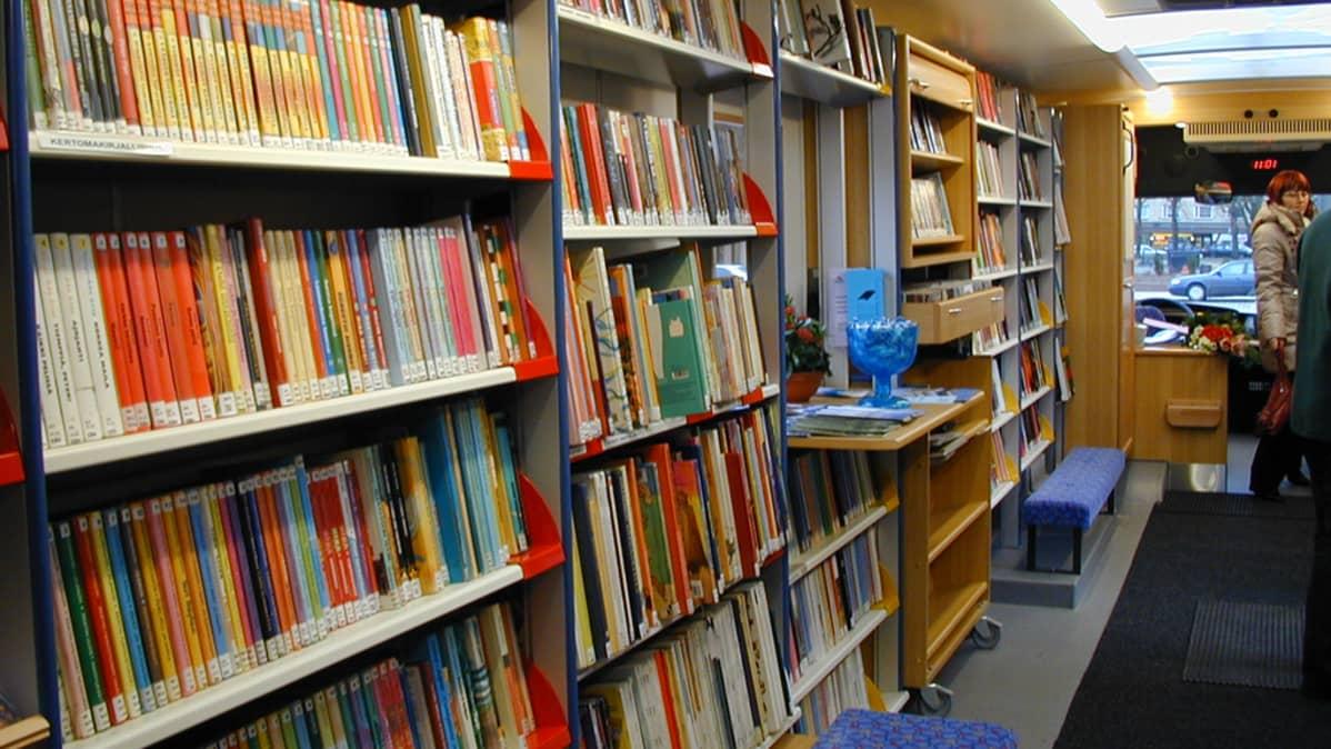 Kirjoja Kotkan kirjastoautossa