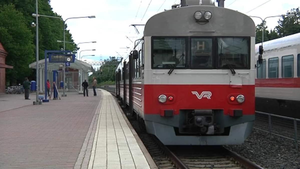 Lähijuna Hämeenlinnan asemalla.