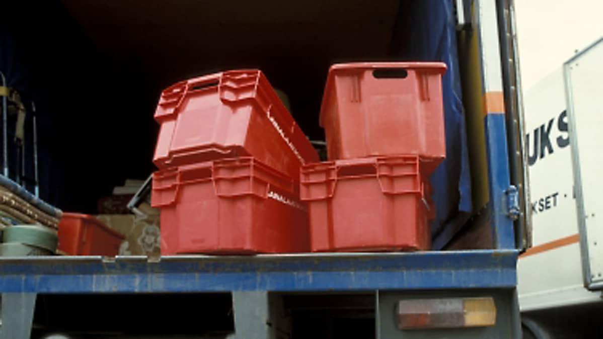 kuvassa punaisia muuttolaatikoita