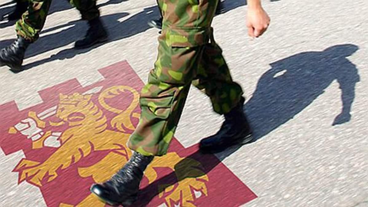 Puolustusvoimien logo ja varusmiehiä